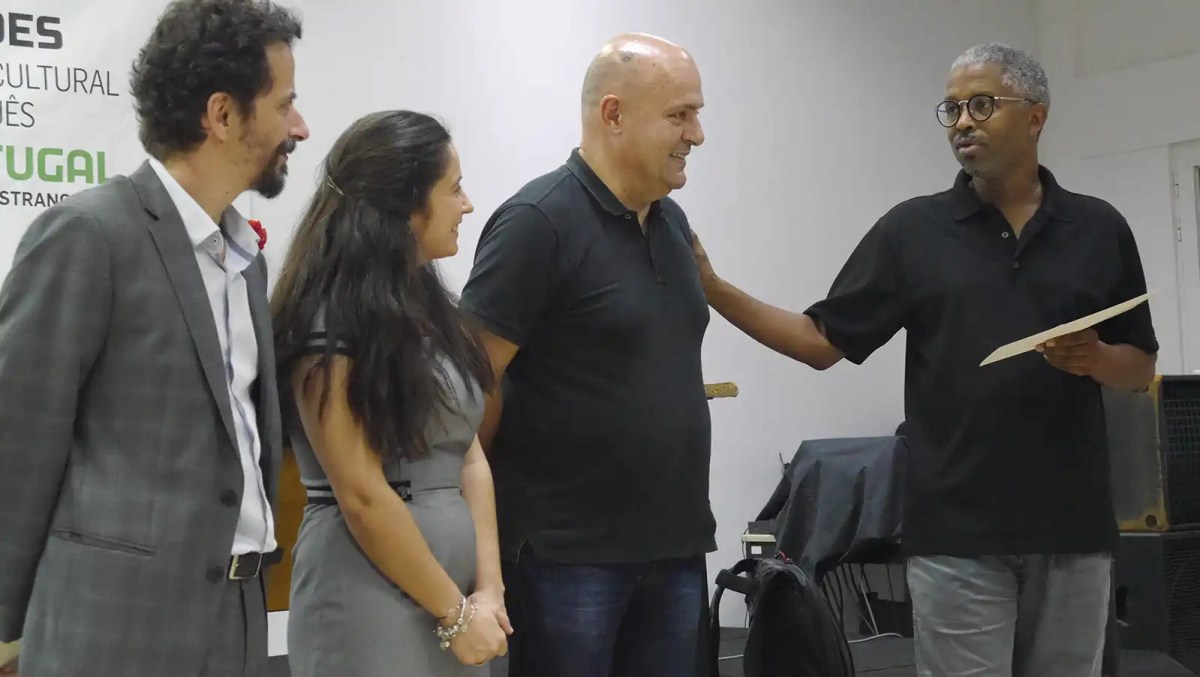 António Nunes, Paula Matos Costa e Abdulai Silá, durante a entrega de diplomas.