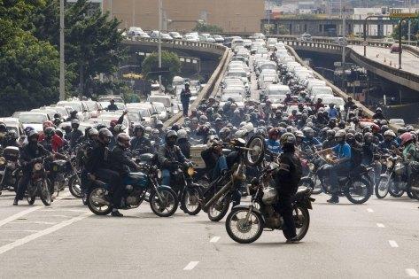 """ORG XMIT: 051701_0.tif Motoboys fecham pista da ligaÁ""""o Leste-Oeste durante protesto contra novas regras em S""""o Paulo; foco de manifestaÁ""""o foi a proibiÁ""""o de motos na via expressa das marginais TietÍ e Pinheiros. (S""""o Paulo (SP). 18.01.2008. Foto de Jo""""o Wainer/Folhapress)"""