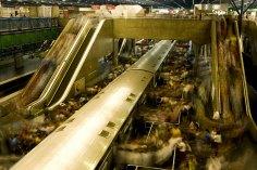 """ORG XMIT: 263201_1.tif S√O PAULO, SP, BRASIL, 02-04-2009: MovimentaÁ""""o de passageiros na estaÁ""""o de metrÙ Barra Funda, na zona oeste de S""""o Paulo (SP), que È a mais movimentada da cidade, durante o hor·rio de pico das 7 ‡s 8 horas da manh"""". (Foto: Jo""""o Wainer/Folhapress)"""