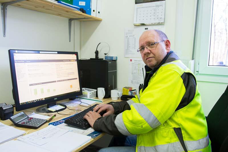 Operations Manager och handledare Skoppum Grävning, Trond G. Furnes sitter framför datorn och har full kontroll över timmar och material genom SmartDok.