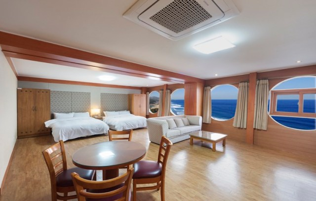 Family Deluxe Room 250,00 won ($215.00 usd a night)