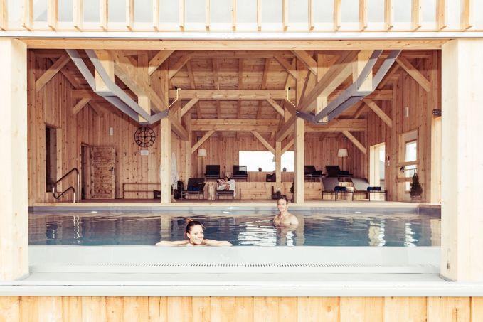 Pool mit Infinitykante