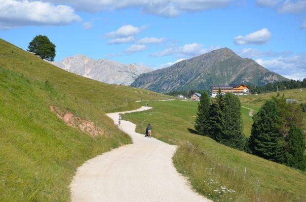 Wandern am jochgrimm - Im Hintergrund Latemar und Zanggen