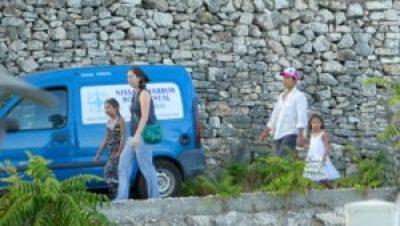 Trip - Lola, Becka, Ivy and Cara walking to dinneer