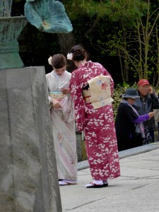 more young ladies in traditional dress at Kamakura