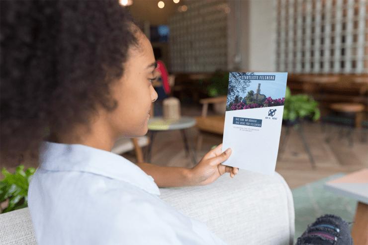 Frau mit Flyer - Mein Workflow bei der Erstellung von Flyern - Joel Heil Escobar - Flyer Gestaltung günstig
