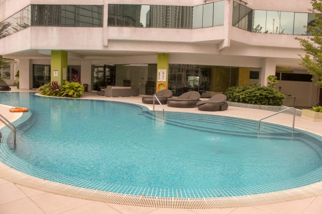 The outdoor pool of Pullman KL Bangsar Hotel