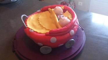 gâteau 3D bébés au landau en pâte sucre