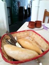 Brot mit Mojo-Soße Rot und Grün