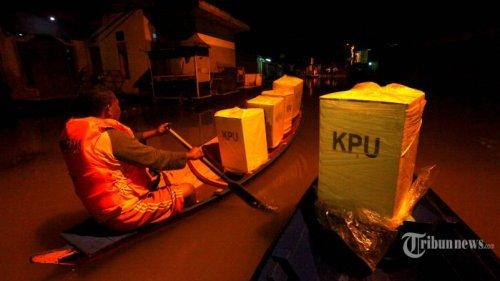 tps di lokasi banjir petugas angkut kotak suara pakai perahu 20190418 210421