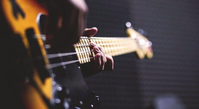 ilustrasi orang bermain gitar
