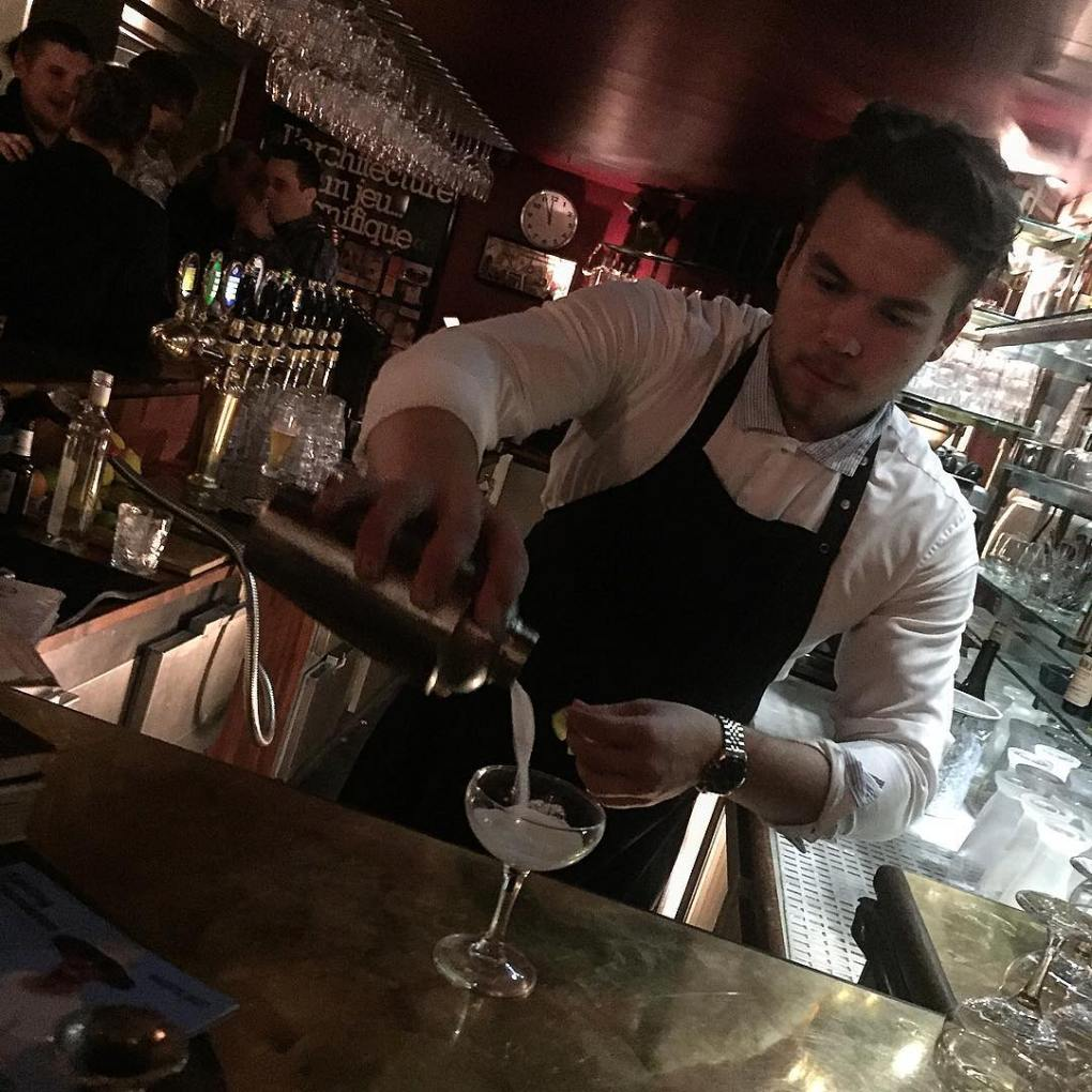 Bartender pouring drinks at Den Blå Kolding