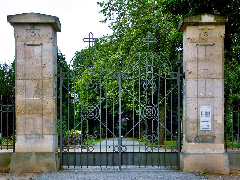 Ansicht des Eingangstors zum Trinitatisfriedhof Dresden