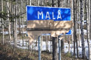 Vandaliserad samisk vägskylt i Máláge