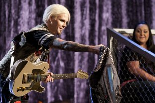 John 5 presents Don with his very own John 5-style vest. From VH1.com