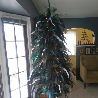 Feather tree is complete! FABULOUS. Here it is in the daytime.