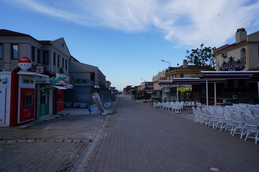 The empty streets of the low season