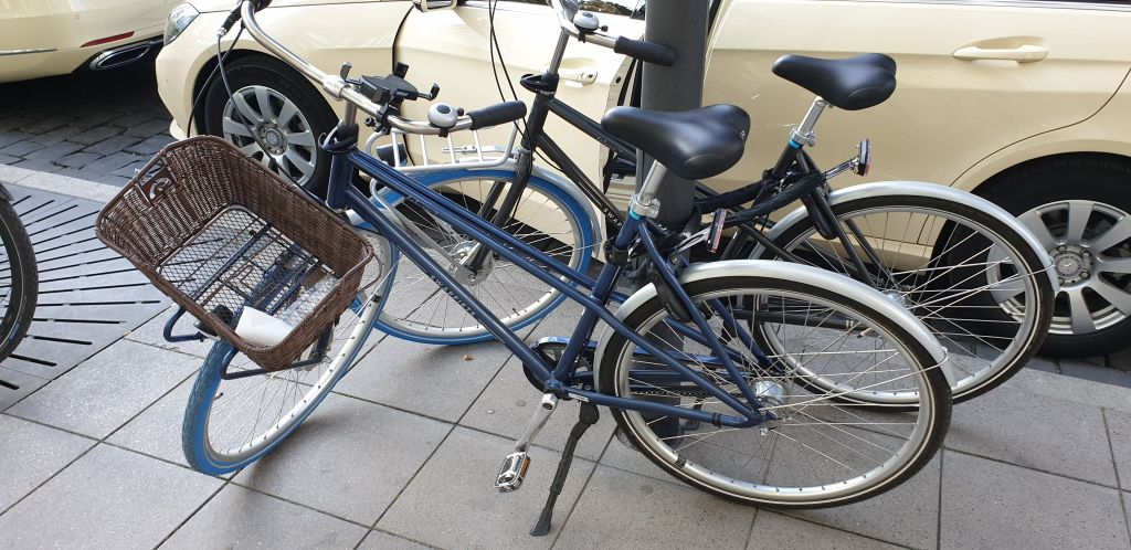 A Black Deluxe 7 and Blue Deluxe 7 Swapfiets bike in Germany