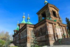 Kyrka och moské i Karakol, Kirgizistan. Foto: Johnny Friskilä