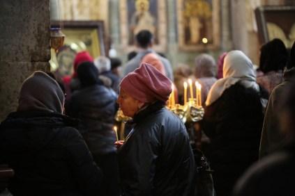 I de georgiska kyrkorna är det gärna mycket aktivitet