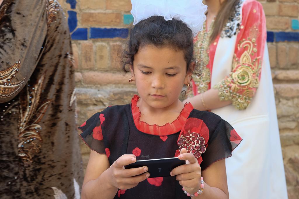Uzbeks with mobiles Shah i Zinda-0519