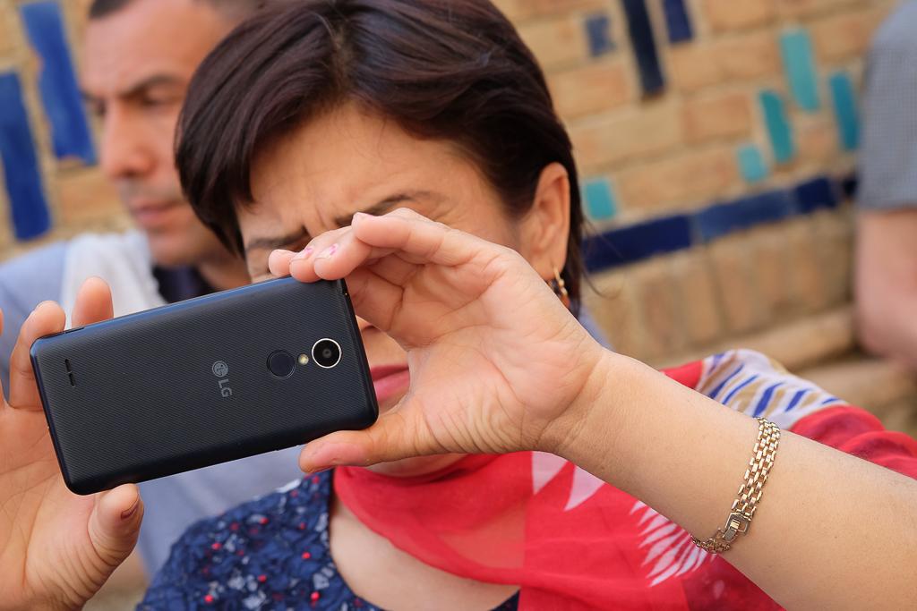Uzbeks with mobiles Shah i Zinda-0522