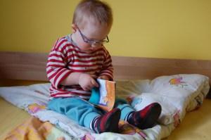 Anatol bekommt eine Brille und beginnt Bücher anzuschauen
