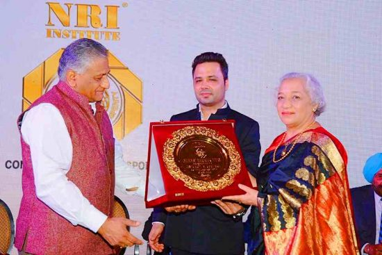 Jaya Kamlani received the Bharat Samman Award from General V. K. Singh - Minister of State for External Affairs and Manu Jagmohan Singh - Secretary General of the NRI - nonresident Indians Institute
