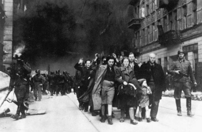 Захваченные евреи во главе с немцами для депортации в лагеря смерти
