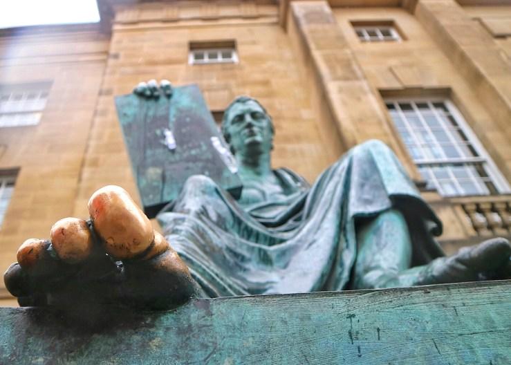 愛丁堡Edinburgh:蘇格蘭哲學家大衛·休謨銅像的腳指頭,被遊客們摸到發亮。