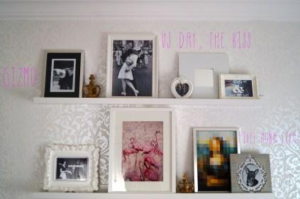 Die RIBBA Bilderleisten von IKEA sind besonders schön für kleine Galerien. Einmal angebracht kann man Rahmen und Anordnung schnell wechseln.Meine Bilderleisten hängen über dem Kopfende meines Bettes.