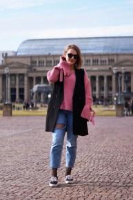 bloggerin-stuttgart-schlossplatz-pinker-mango-pullover-mit-zierschleifen-details-netzstrumpfhose-kombinieren