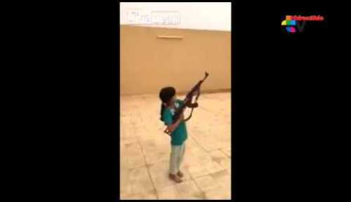 VIDEO El diablo Una niña dispara un arma AK-47 y casi mata al camarógrafo