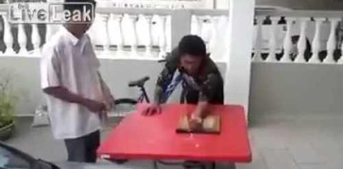 Video Fuerte le mochan la mano a sangre fria Hand Gets Sliced By Knife