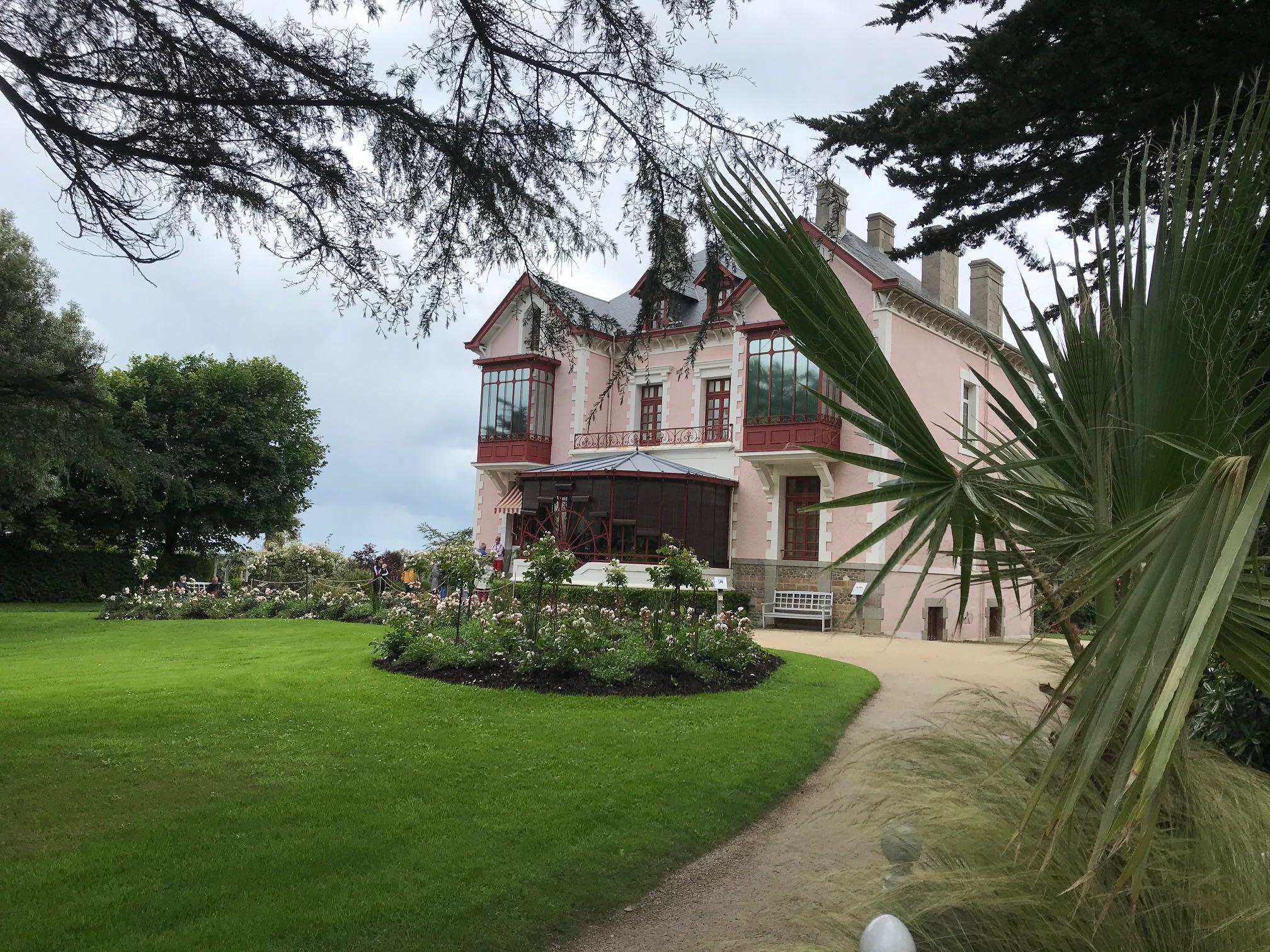 Le musée Christian Dior tout en roses sur les hauteurs de Granville
