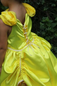 le laçage du dos permet à la robe de grandir avec l'enfant