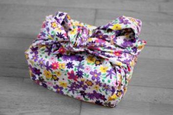 furoshiki fleurs violettes fond blanc