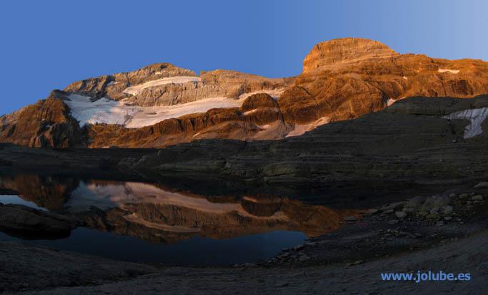 Amanecer en el Monte Perdido y su glaciar reflejados en el ibón de Marboré. (c) Jolube, 2009
