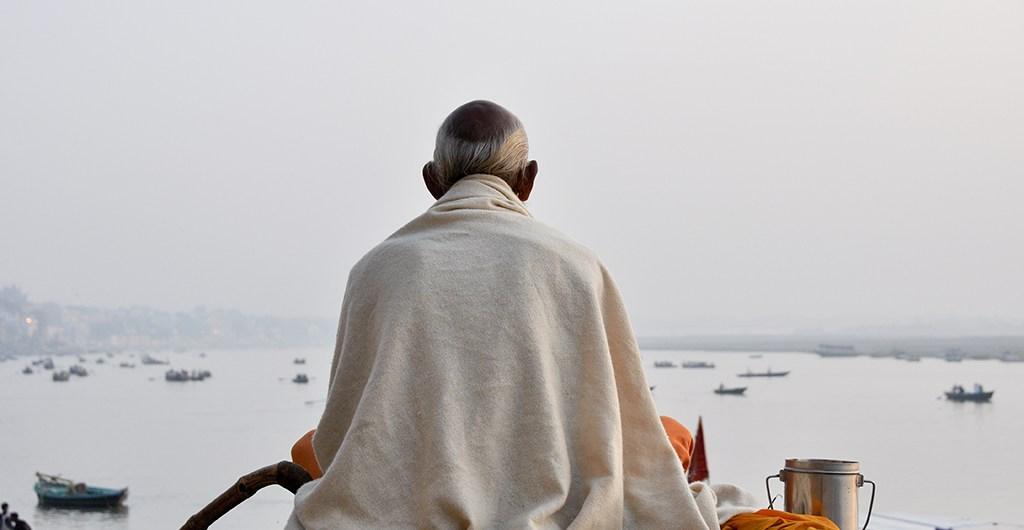 Mönch am Ufer