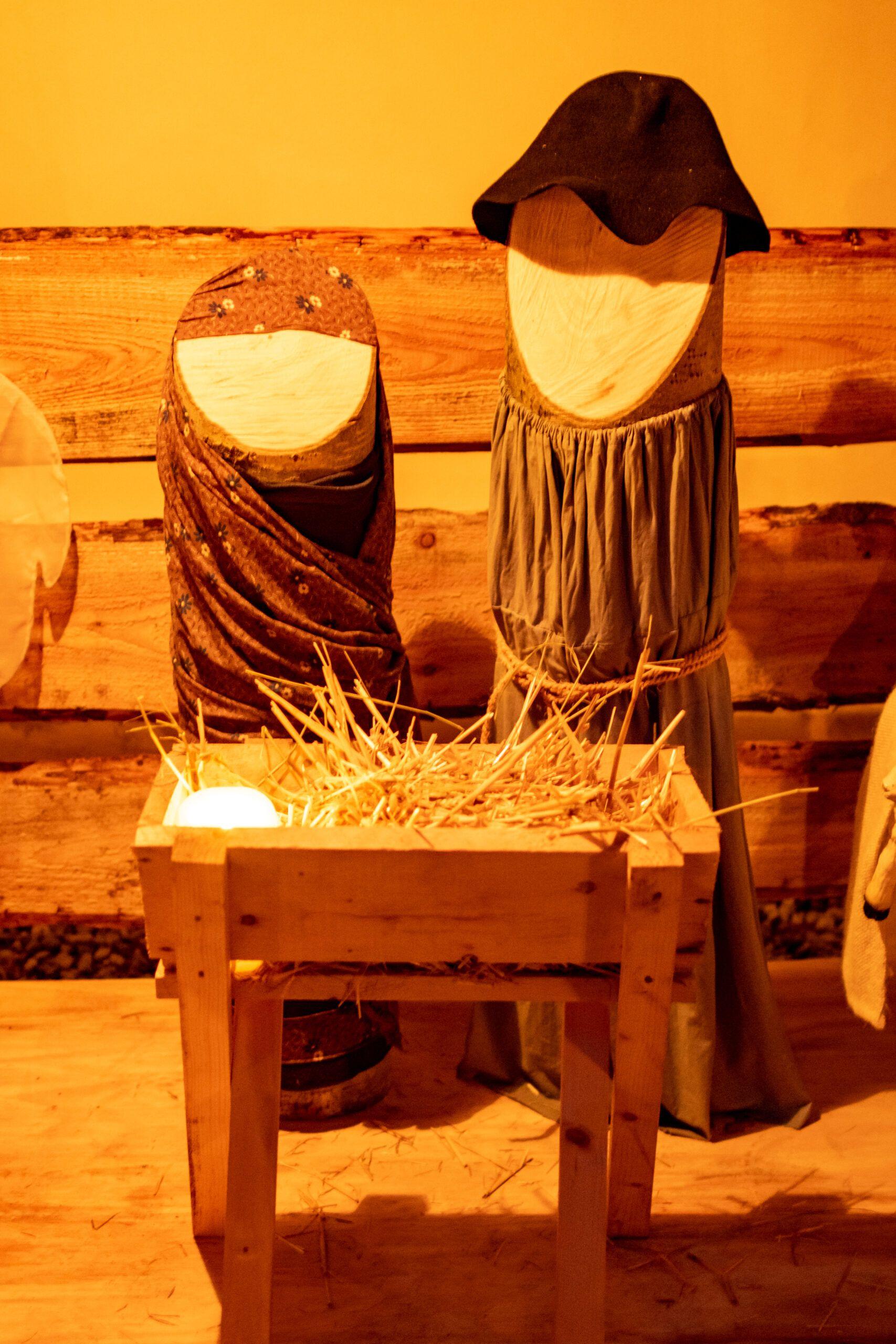 Maria und Josef hinter der Krippe