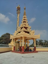 Yangon - Maha Wizaya Pagoda outside