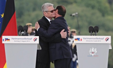 Joachim Gauck and François Hollande embrace