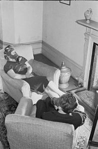 220px-Air_Raid_Precautions_on_the_British_Home_Front-_Anti-gas_Instruction,_c_1941_D3948
