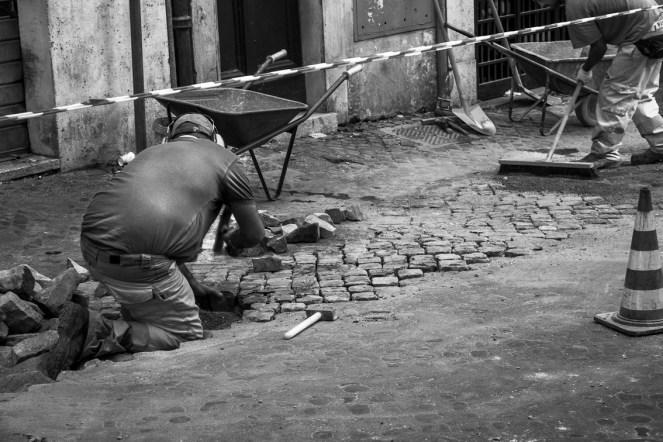 Poseur de pavés à Rome