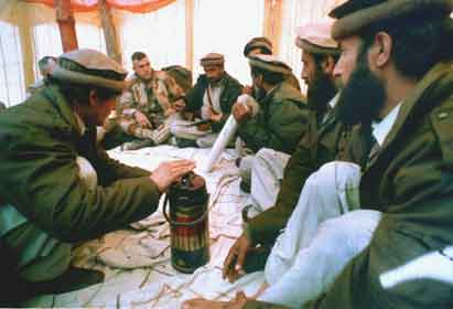 Muyaidines afganos con marines estadounidenses en Arabia Saudí durante la guerra del Golfo, en 1991. Los guerrilleros islamistas trasladaron a los soldados de Estados Unidos sus conocimientos sobre el combate en territorios áridos. Después, declararon la guerra santa a Estados Unidos