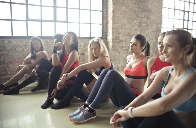 Naiset harrastavat joogaa