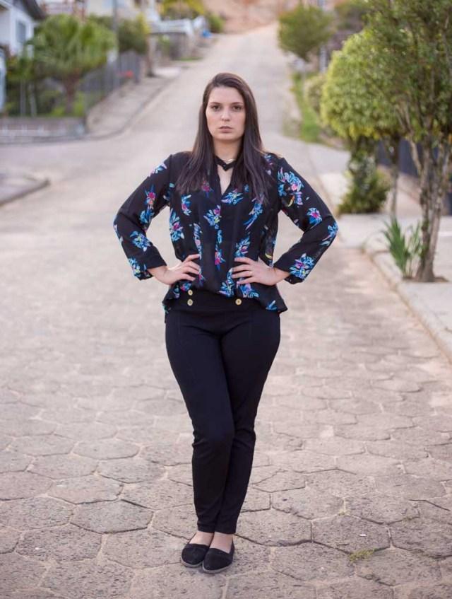 Look da Joo: Calça Preta com Textura e Blusa Dark Floral