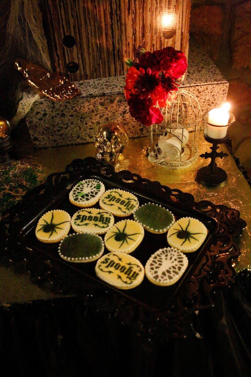 Throw a creepy but beautiful black and gold Halloween dinner party. #Halloween2017 #blackandgoldhalloween