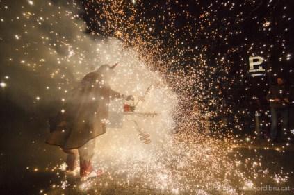 Llucifer del Ball de Diables de Vilafranca encenent el septrot