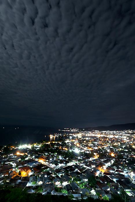 Kota Luwuk pada malam hari, diambil dari bukit Keles